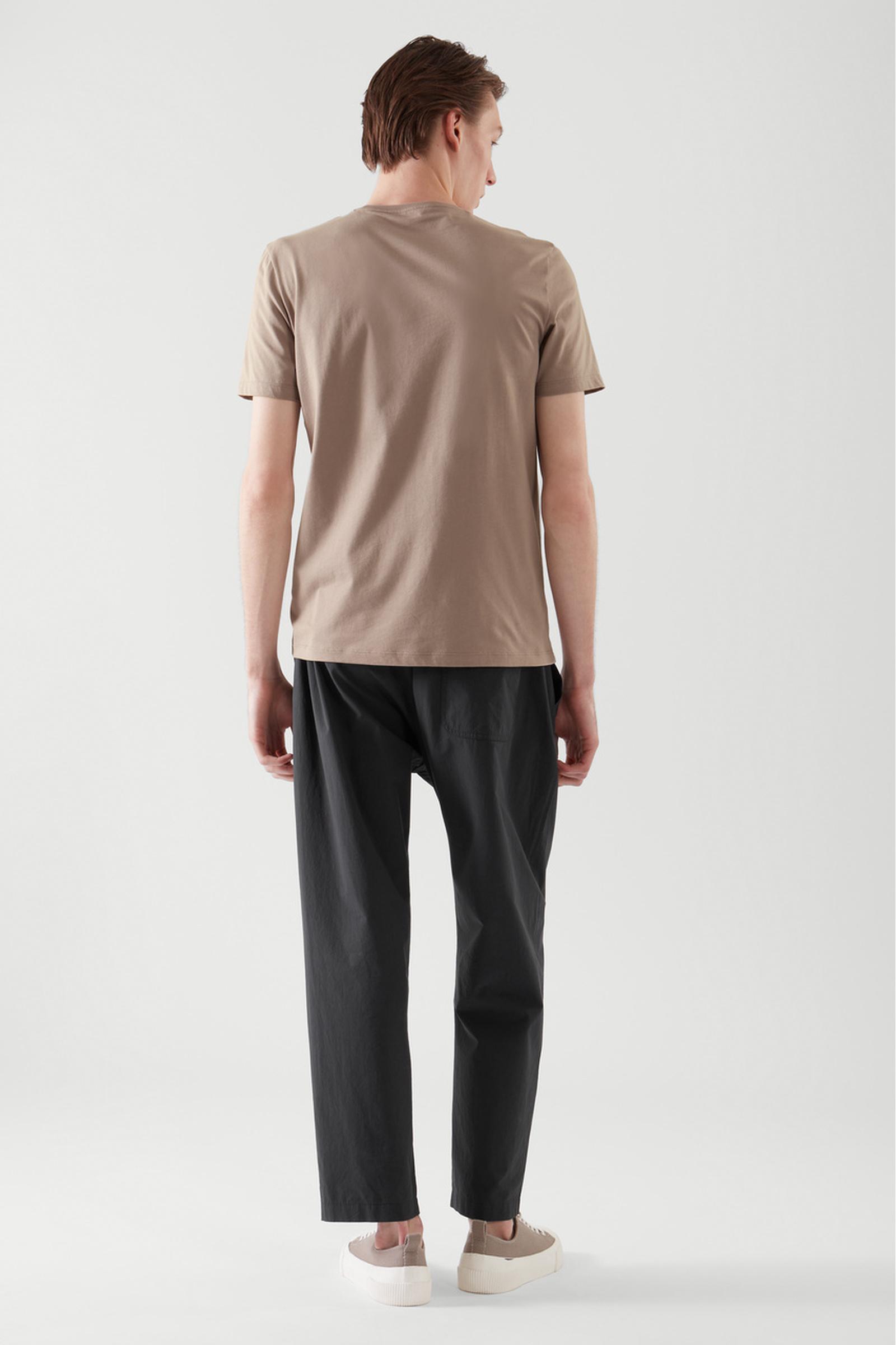 COS 레귤러 핏 티셔츠의 브라운컬러 ECOMLook입니다.