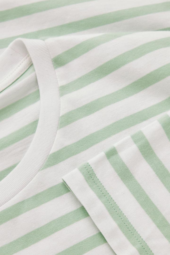 COS 레귤러 핏 티셔츠의 그린컬러 Detail입니다.