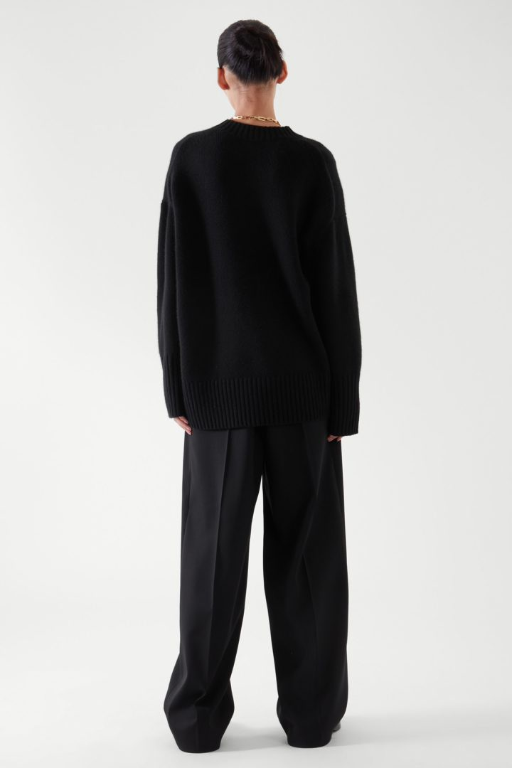 COS 오버사이즈 캐시미어 스웨터의 블랙컬러 ECOMLook입니다.
