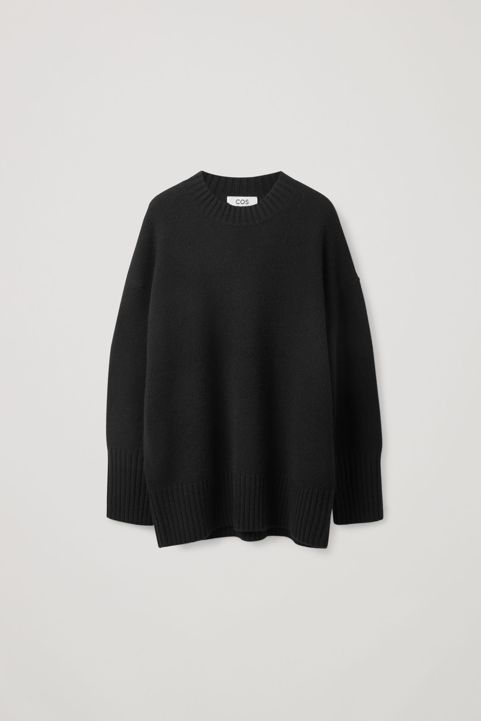 COS 오버사이즈 캐시미어 스웨터의 블랙컬러 Product입니다.