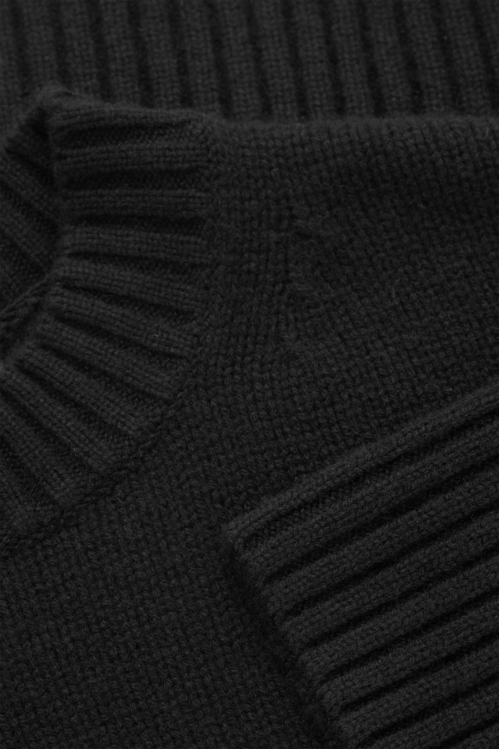 COS 오버사이즈 캐시미어 스웨터의 블랙컬러 Detail입니다.