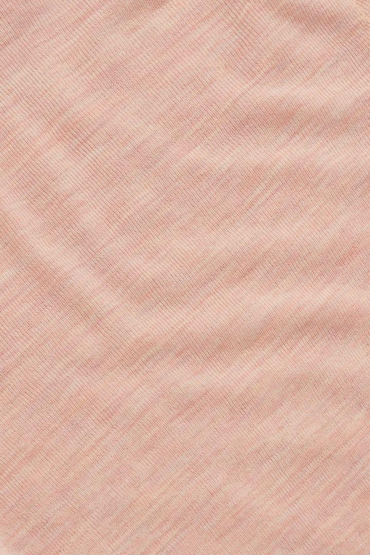 COS 슬림 핏 터틀넥 탑의 더스티 핑크컬러 Detail입니다.