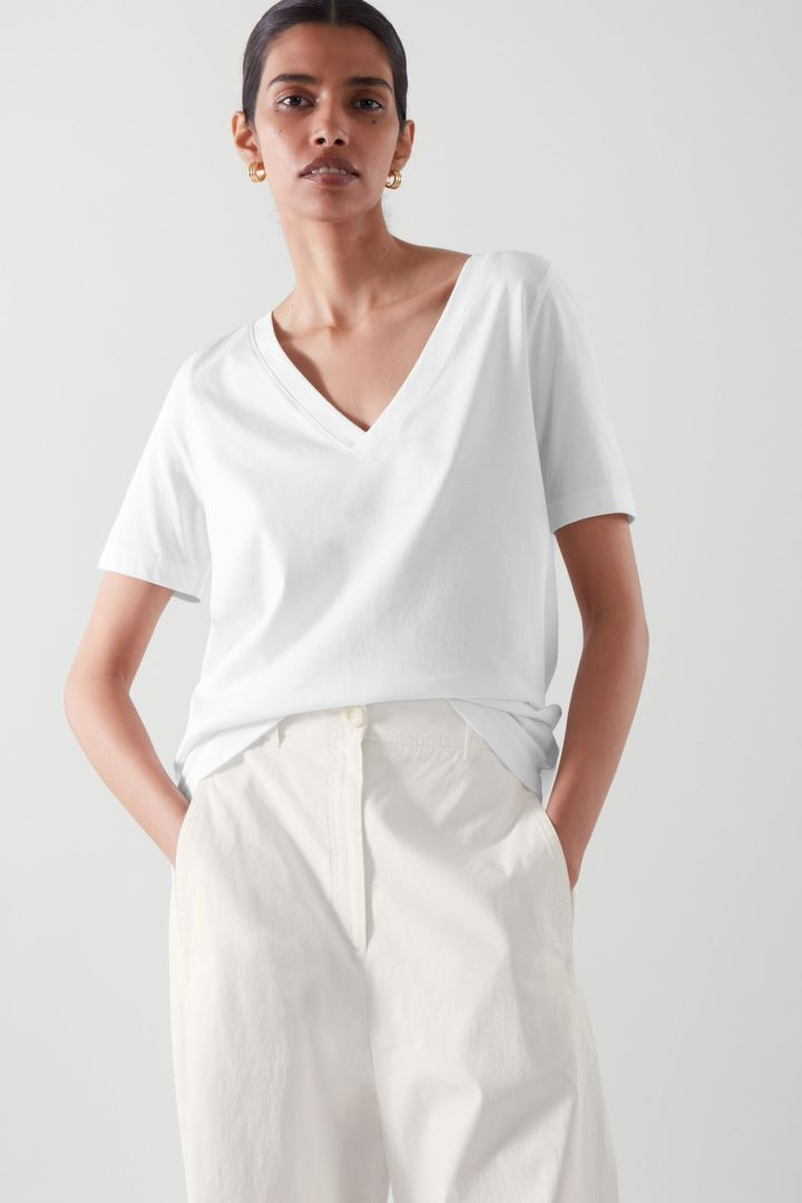 COS 브이넥 티셔츠의 화이트컬러 ECOMLook입니다.