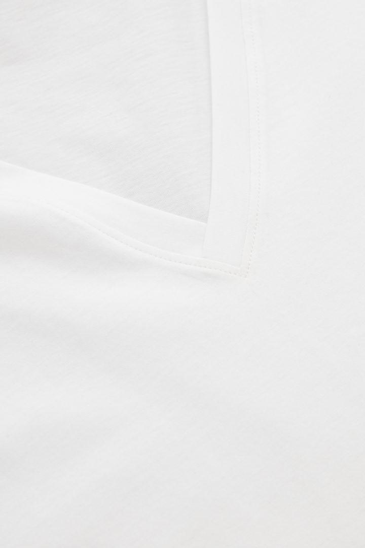 COS 브이넥 티셔츠의 화이트컬러 Detail입니다.