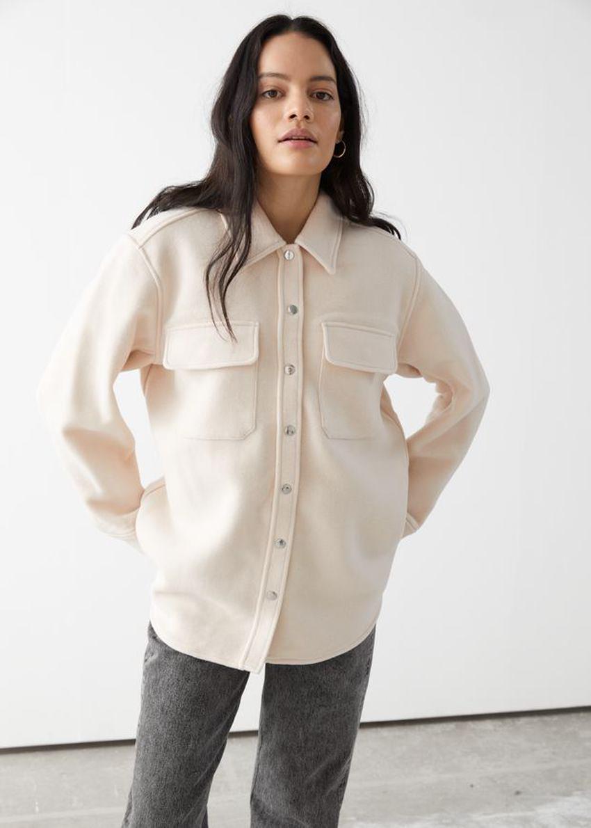 앤아더스토리즈 오버사이즈 울 블렌드 워크웨어 셔츠의 크림컬러 ECOMLook입니다.