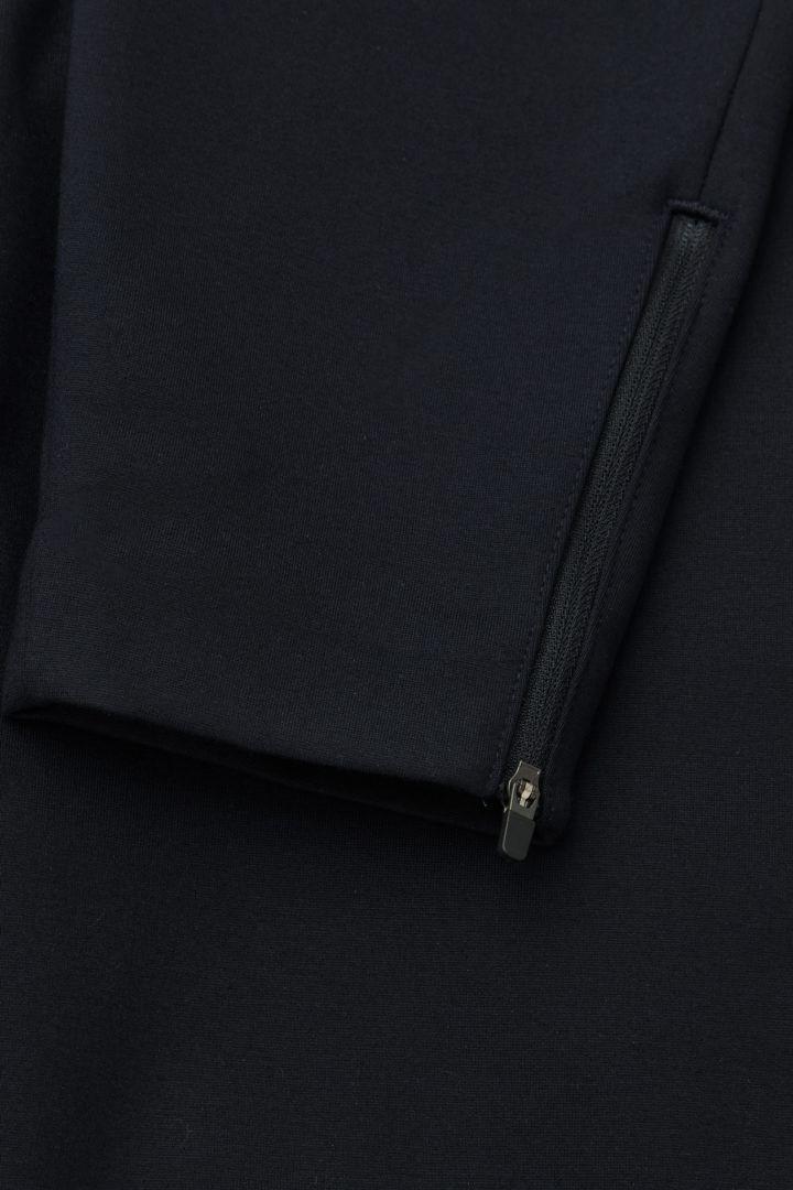 COS 집 헴 슬림 트라우저의 네이비컬러 Detail입니다.