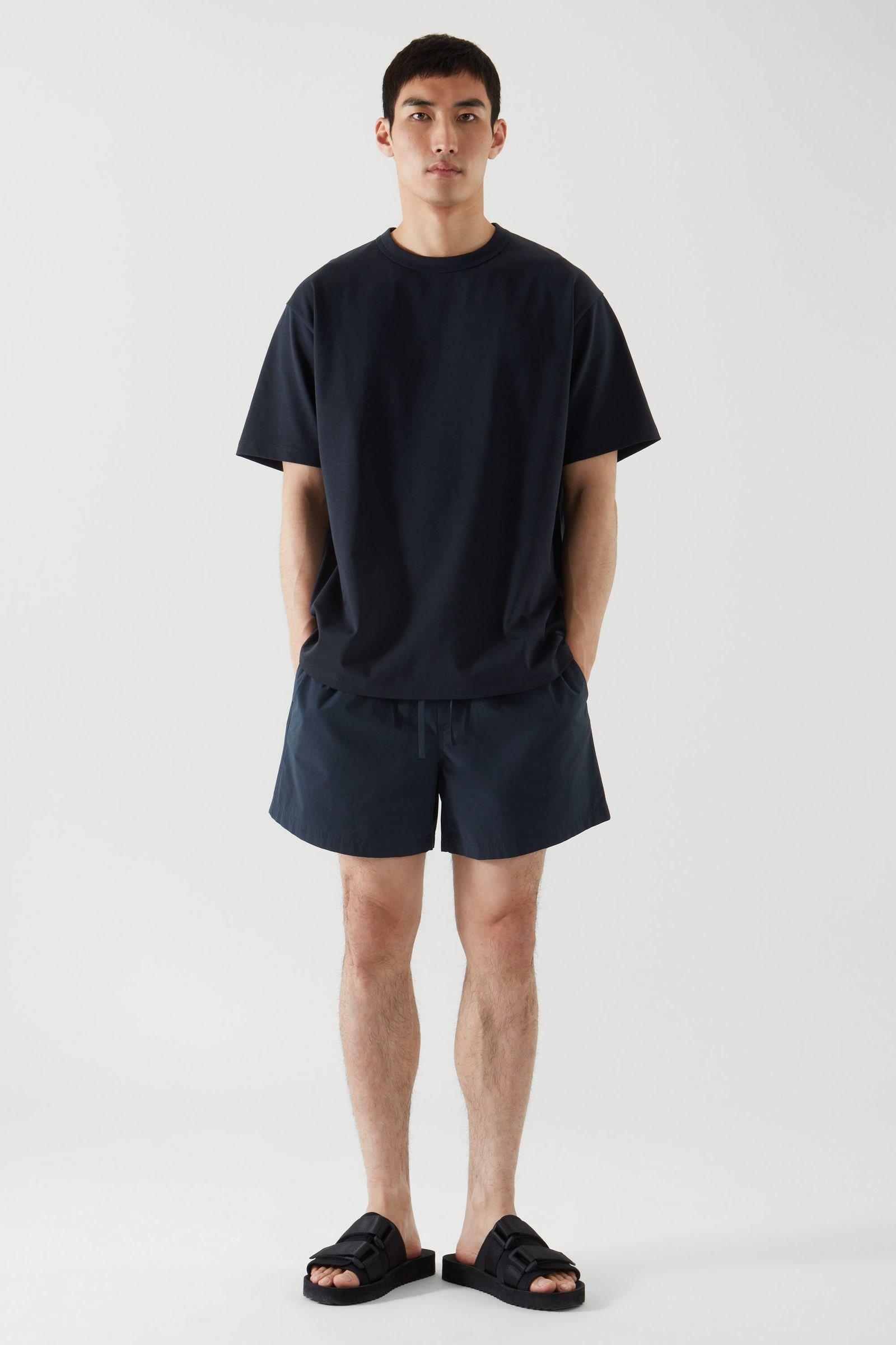 COS 박시 티셔츠의 다크 네이비컬러 ECOMLook입니다.