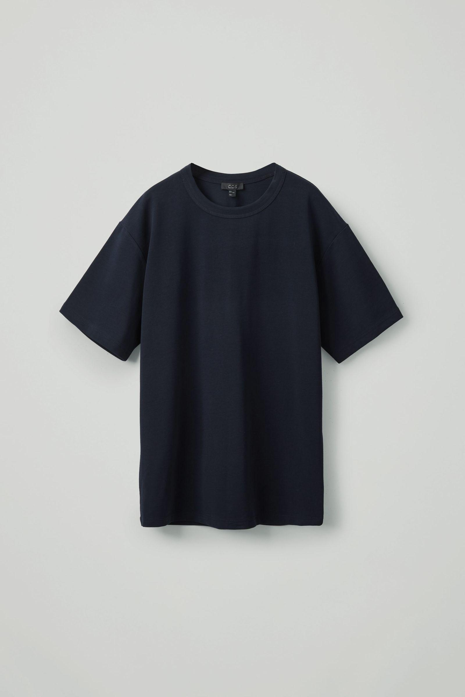 COS 박시 티셔츠의 다크 네이비컬러 Product입니다.