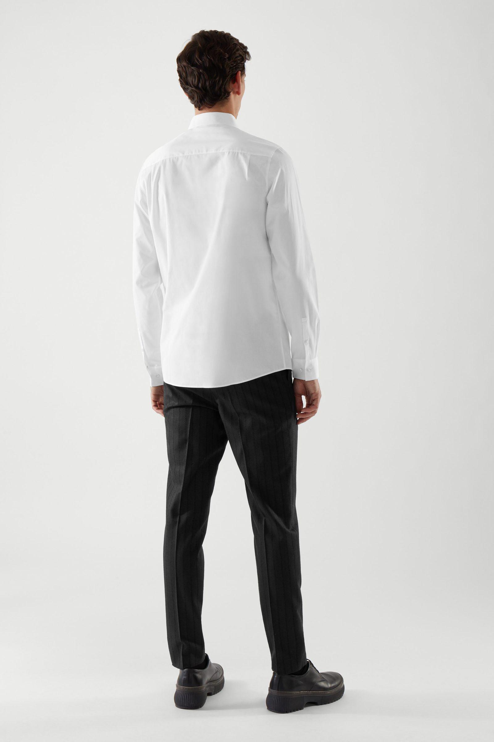 COS 테일러드 셔츠의 화이트컬러 ECOMLook입니다.
