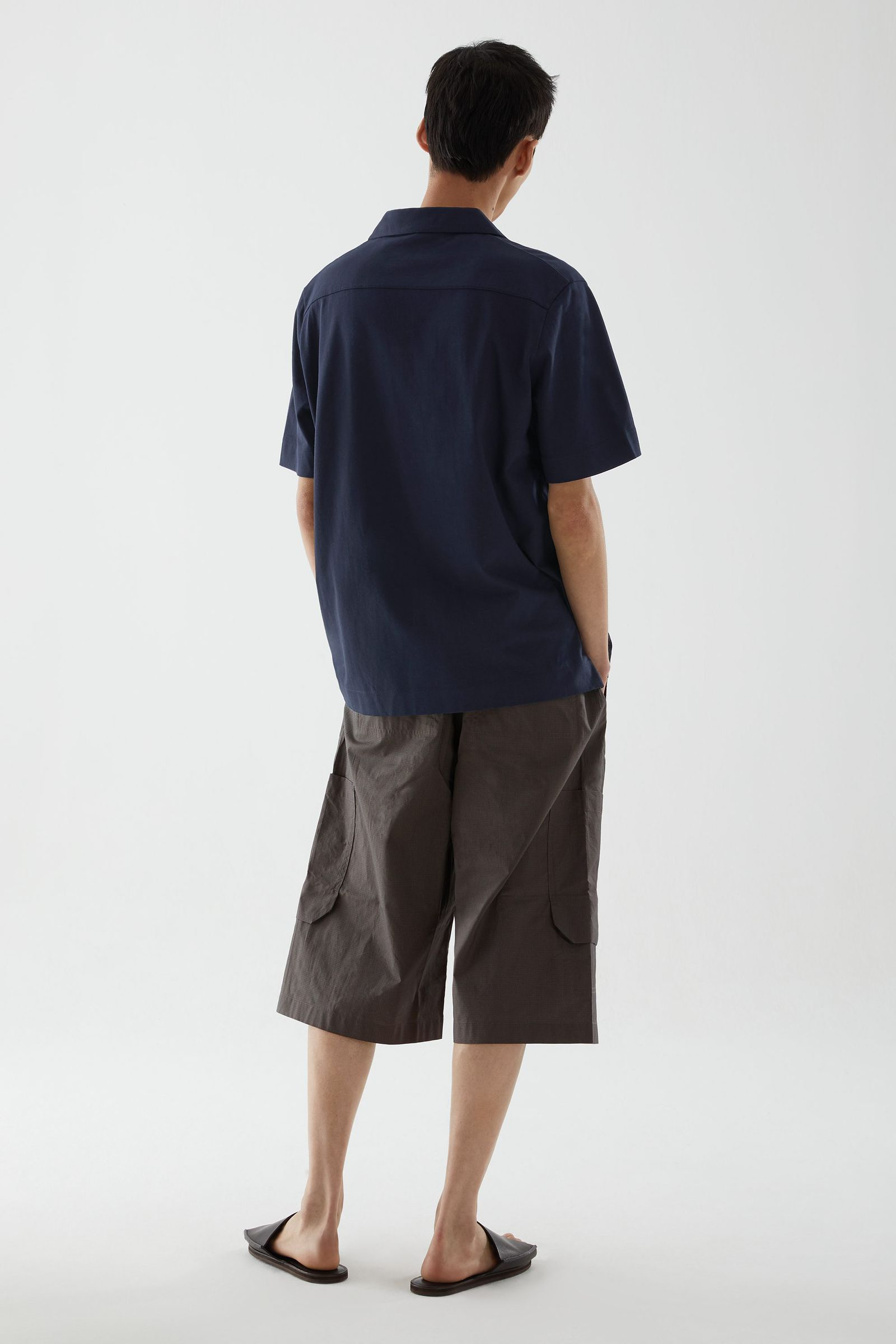 COS 오픈 칼라 코튼 폴로 셔츠의 네이비컬러 ECOMLook입니다.