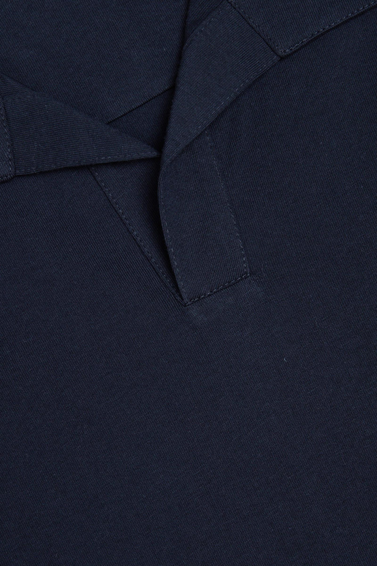 COS 오픈 칼라 코튼 폴로 셔츠의 네이비컬러 Detail입니다.