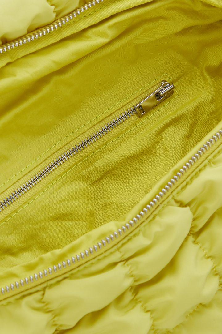 COS 리사이클 폴리에스터 퀼팅 벨트 백의 네온 옐로우컬러 Detail입니다.