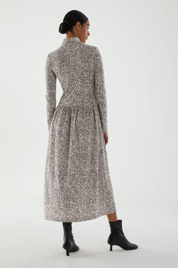 COS 롤넥 오가닉 코튼 드레스의 화이트 / 블랙컬러 ECOMLook입니다.