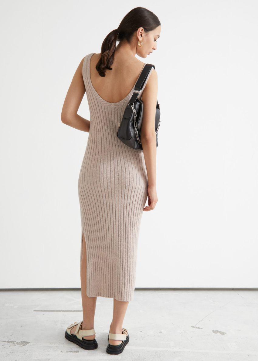 앤아더스토리즈 슬리브리스 립 니트 미디 드레스의 오트밀컬러 ECOMLook입니다.