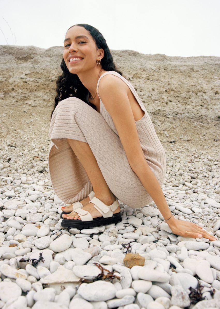 앤아더스토리즈 슬리브리스 립 니트 미디 드레스의 오트밀컬러 Environmental입니다.