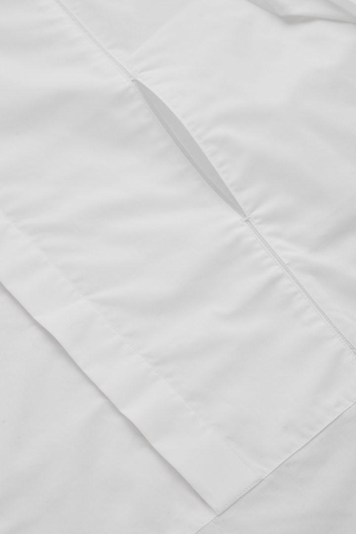 COS 코튼 튜닉 스타일 빕 셔츠의 화이트컬러 Detail입니다.