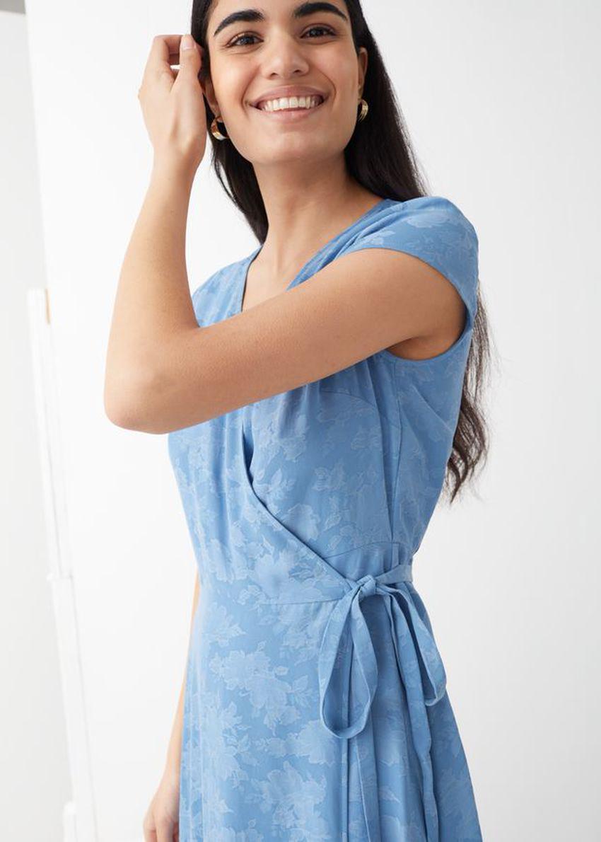 앤아더스토리즈 자카드 랩 맥시 드레스의 블루컬러 ECOMLook입니다.