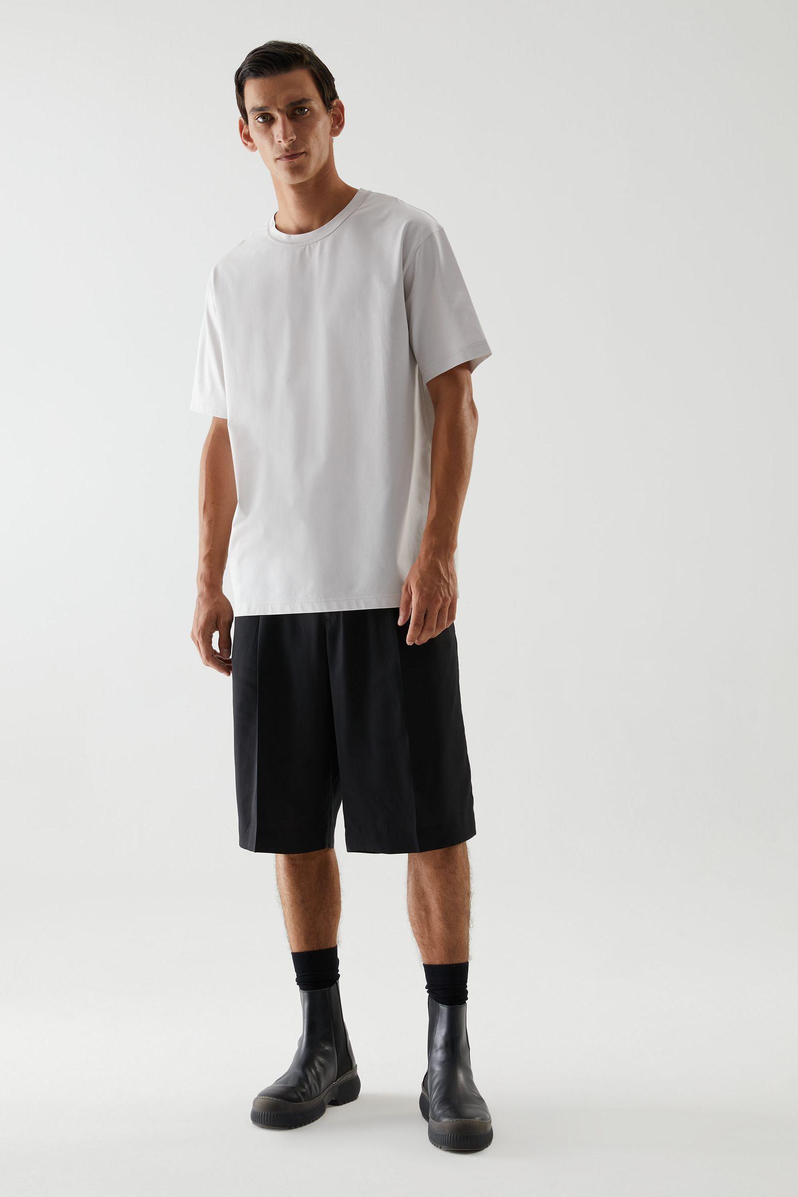COS 롱 코튼 티셔츠의 그레이컬러 ECOMLook입니다.