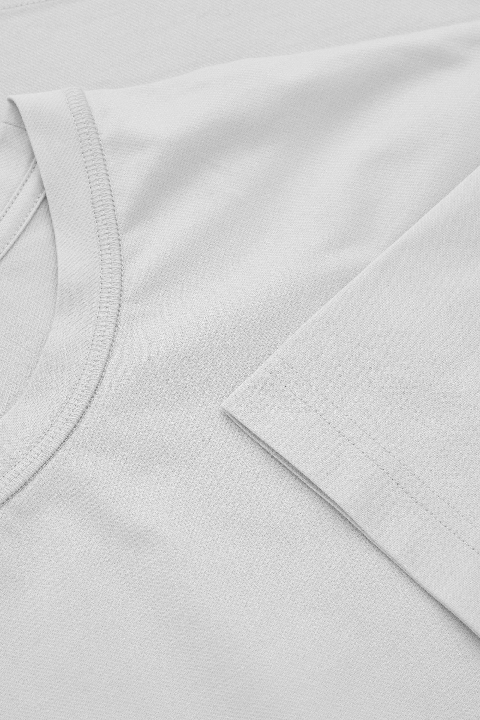 COS 롱 코튼 티셔츠의 그레이컬러 Detail입니다.