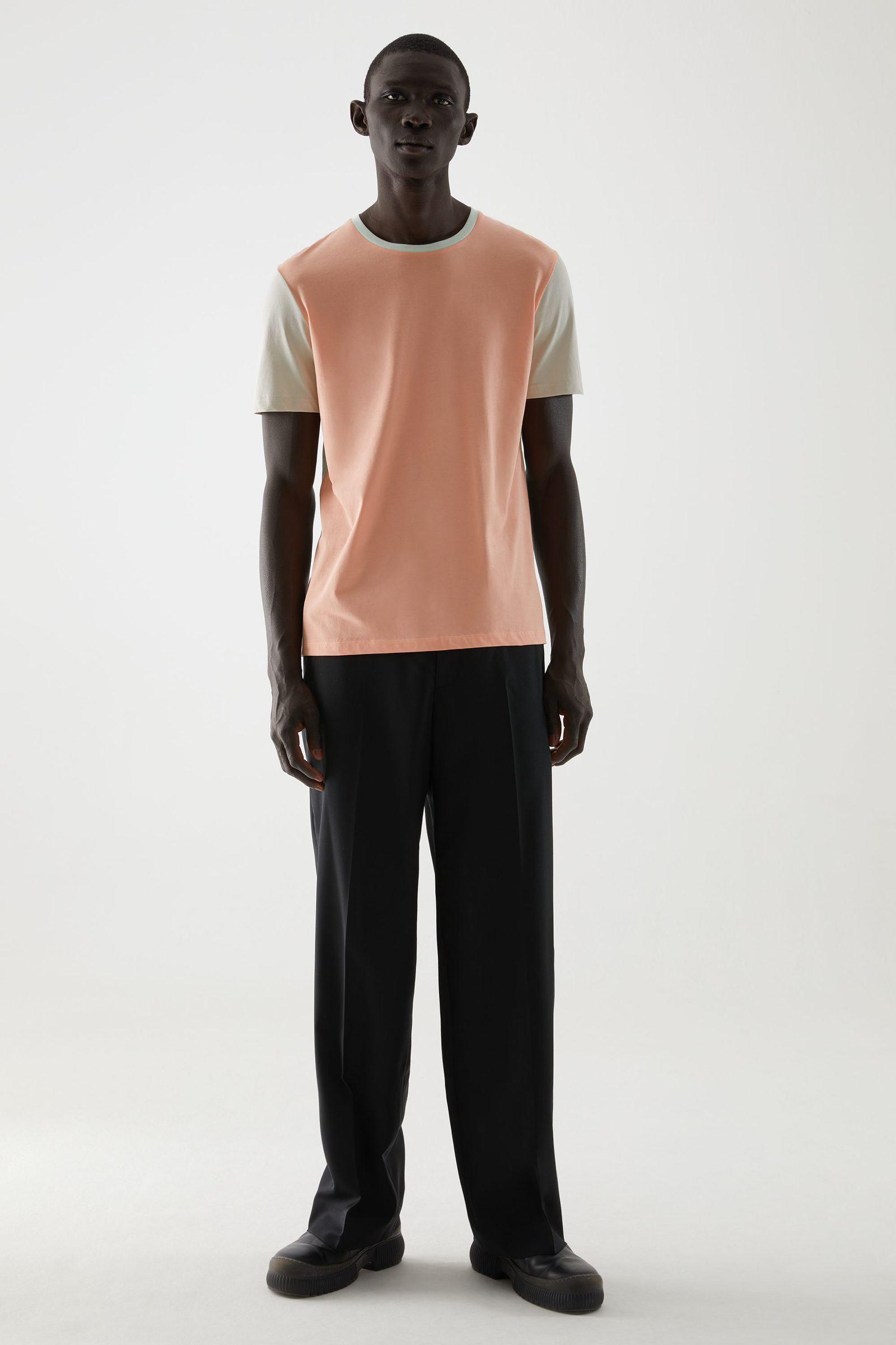 COS 라운드 넥 티셔츠의 살몬 / 베이지컬러 ECOMLook입니다.