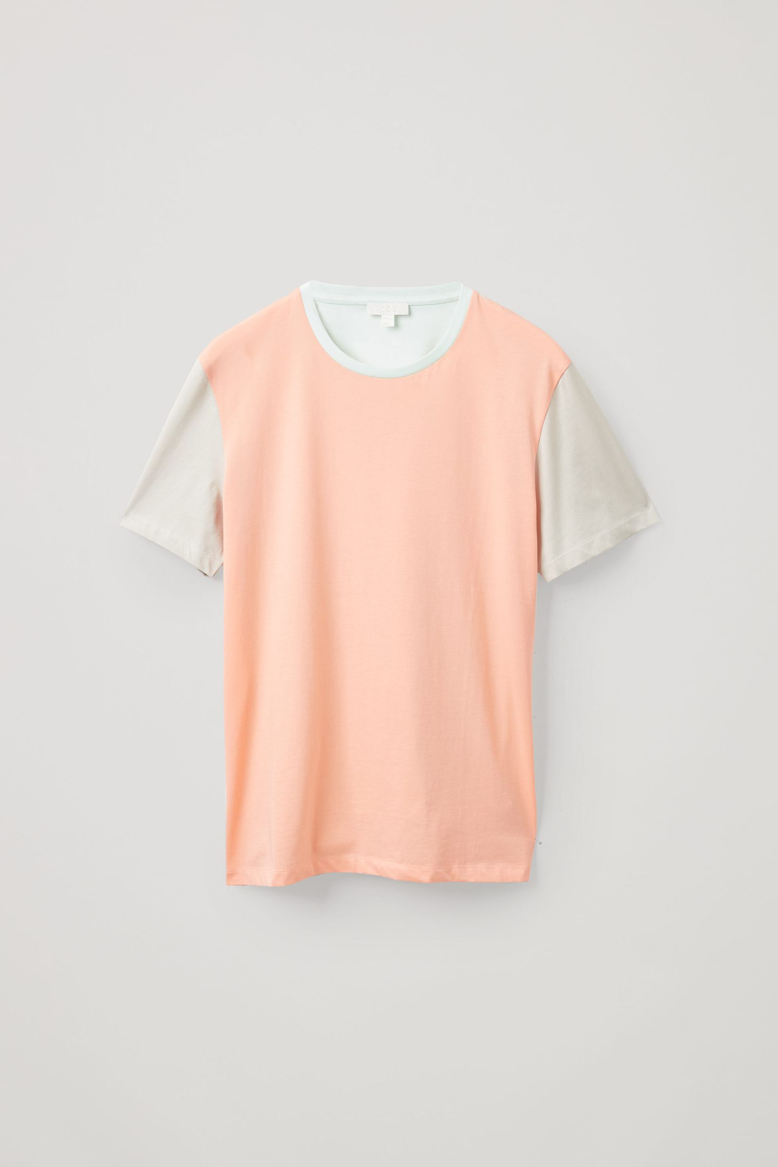 COS 라운드 넥 티셔츠의 살몬 / 베이지컬러 Product입니다.