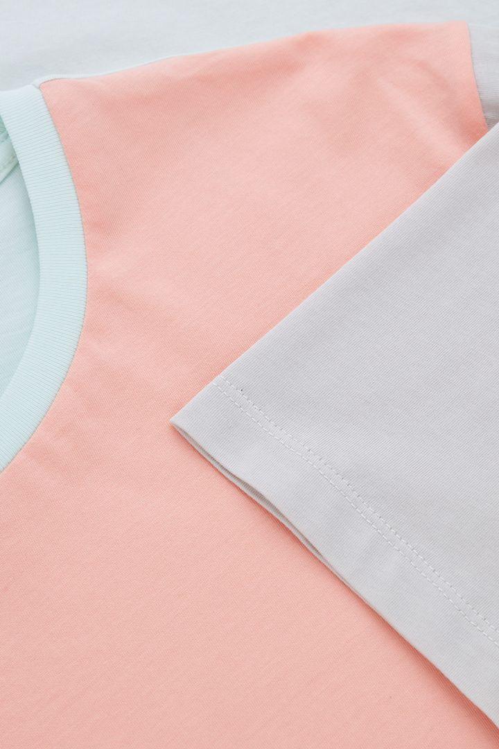 COS 라운드 넥 티셔츠의 살몬 / 베이지컬러 Detail입니다.