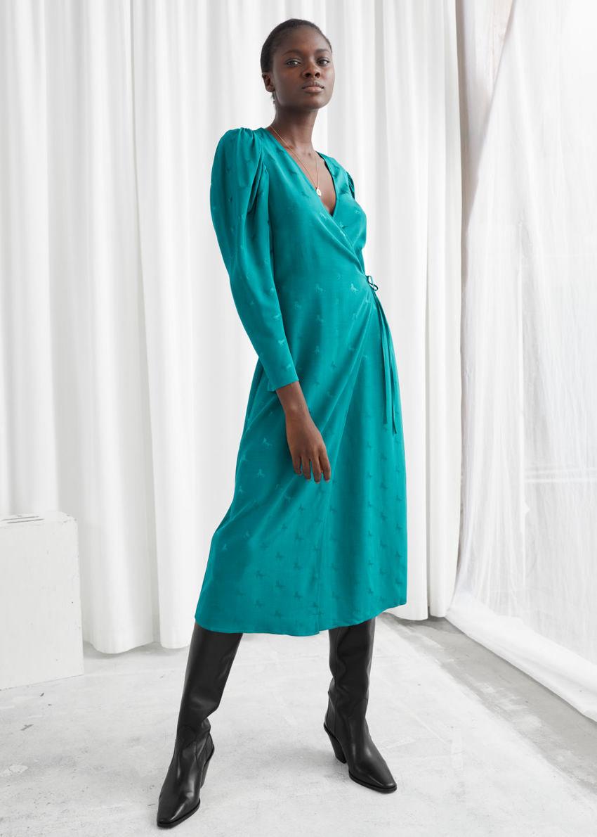 앤아더스토리즈 호스 프린트 웨이스트 타이 미디 드레스의 그린컬러 ECOMLook입니다.