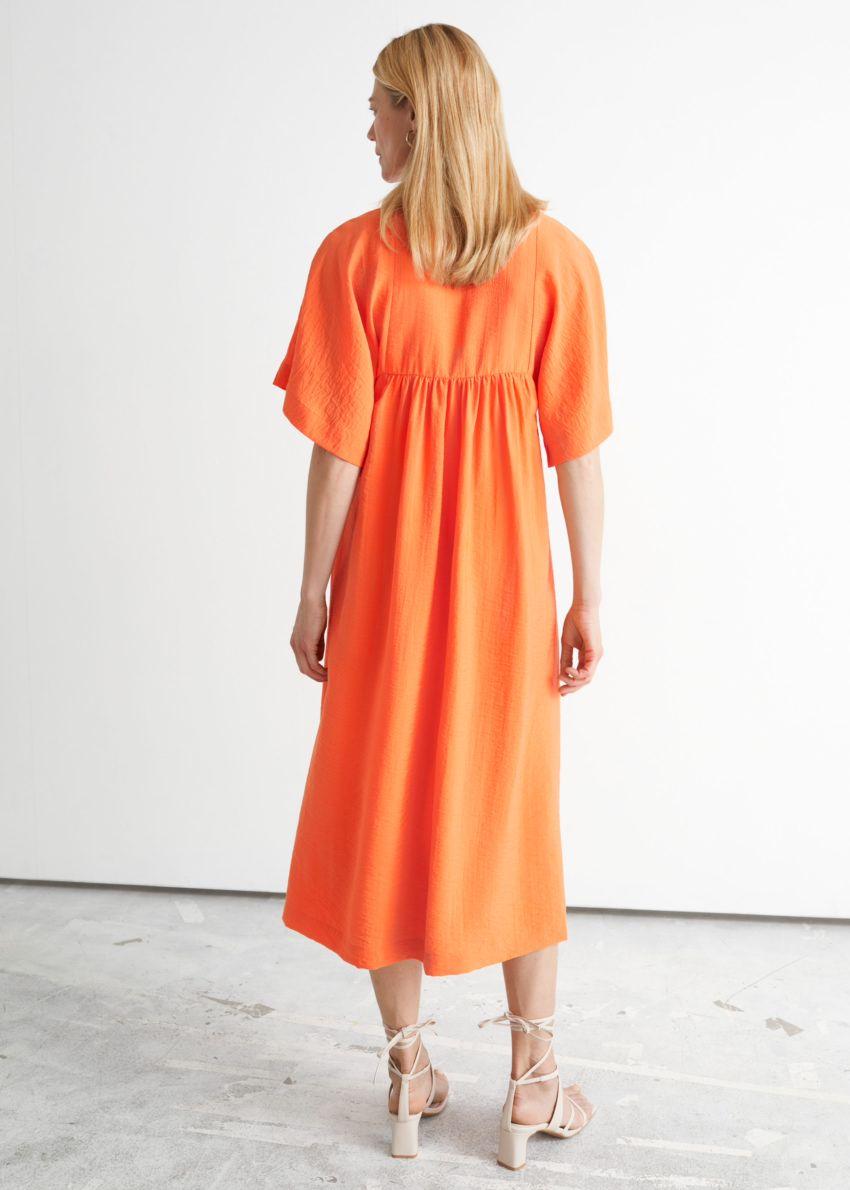 앤아더스토리즈 플러터 슬리브 미디 드레스의 오렌지컬러 ECOMLook입니다.