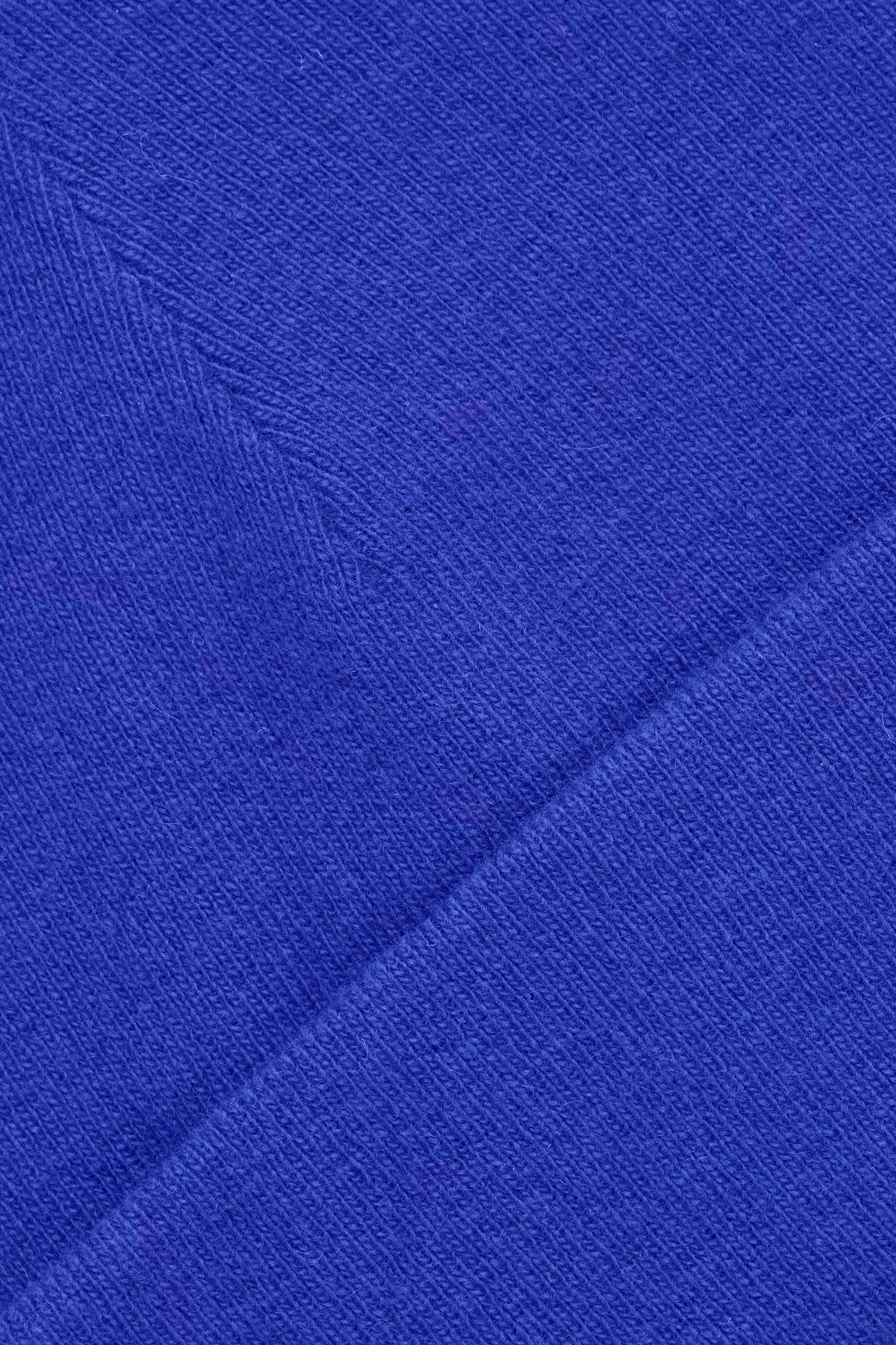 COS 폴디드 울 비니의 브라이트 블루컬러 Detail입니다.