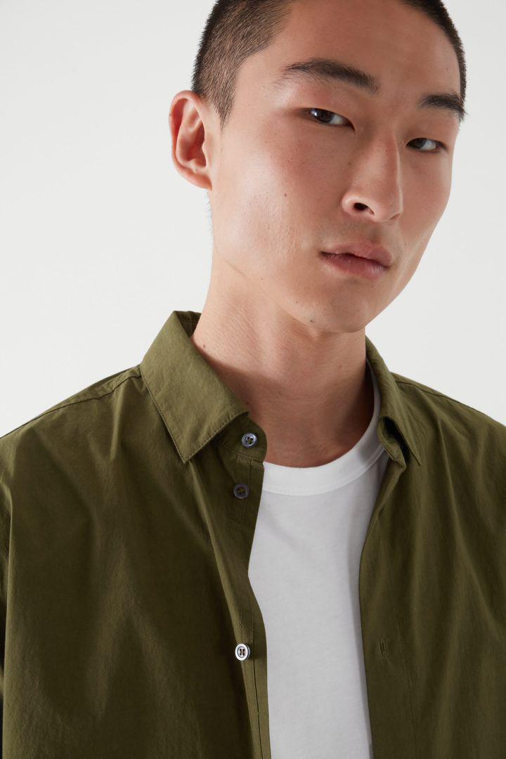 COS 레귤러 핏 롱 슬리브 셔츠의 카키 그린컬러 ECOMLook입니다.