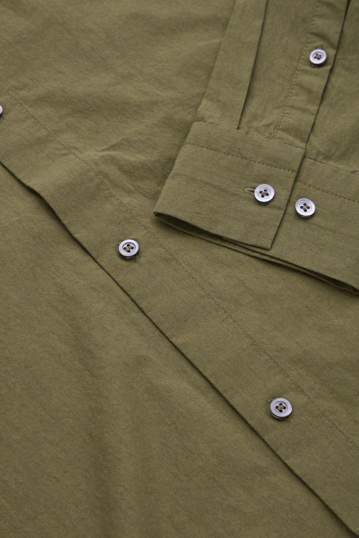 COS 레귤러 핏 롱 슬리브 셔츠의 카키 그린컬러 Detail입니다.