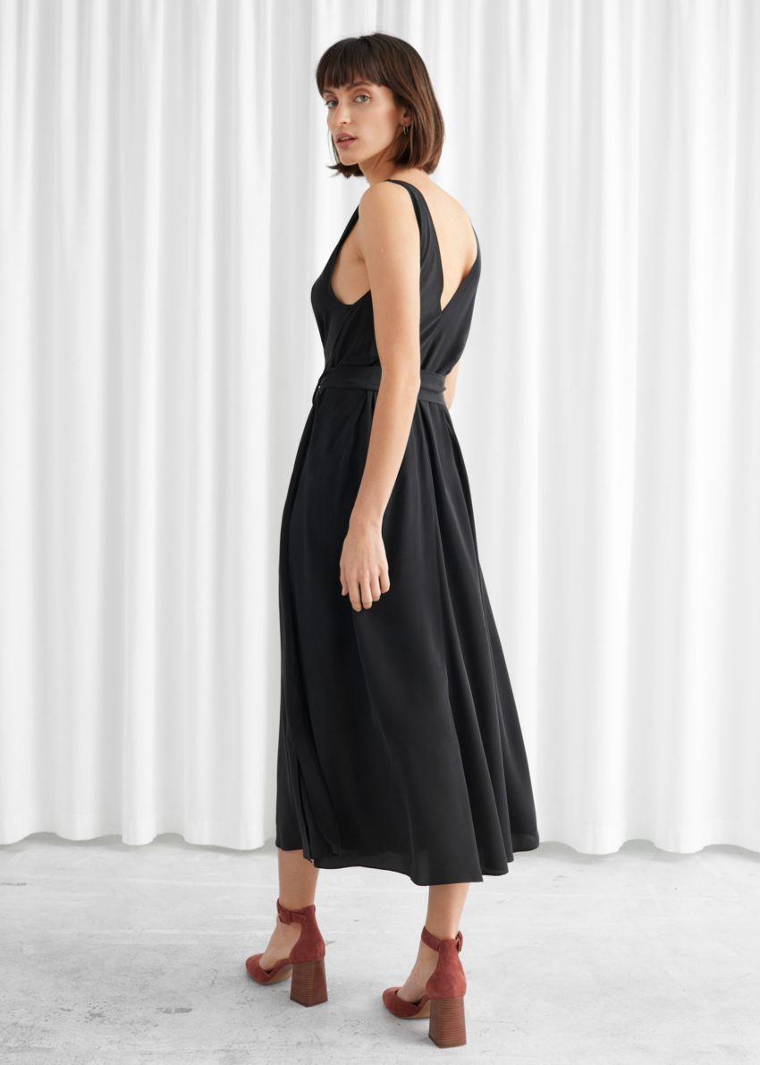앤아더스토리즈 벨티드 실크 미디 드레스의 블랙컬러 ECOMLook입니다.