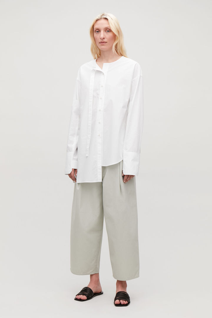 COS default image 4 of 화이트 in 롱 플래킷 칼라리스 셔츠