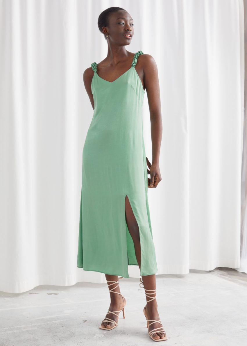 앤아더스토리즈 스크런치 스트랩 미디 드레스의 그린컬러 ECOMLook입니다.