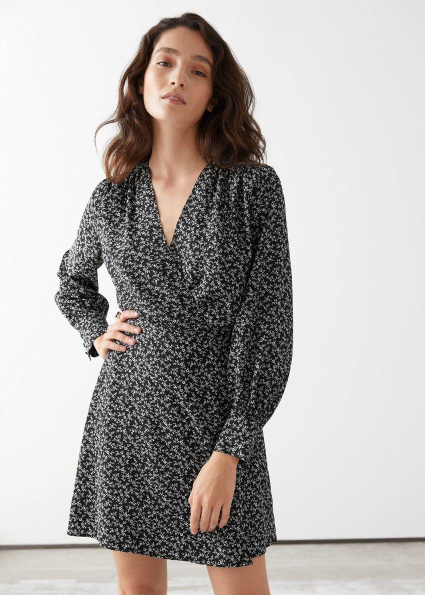 앤아더스토리즈 미니 랩 드레스의 블랙 프린트컬러 ECOMLook입니다.