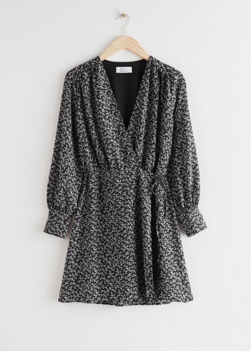 앤아더스토리즈 미니 랩 드레스의 블랙 프린트컬러 Product입니다.