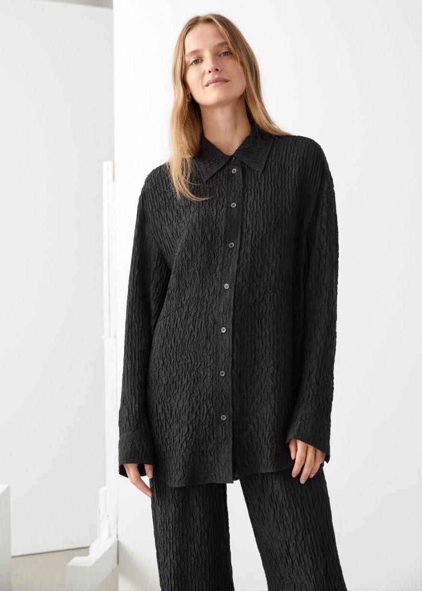 앤아더스토리즈 볼류미너스 크링클 실크 블렌드 셔츠의 블랙컬러 ECOMLook입니다.