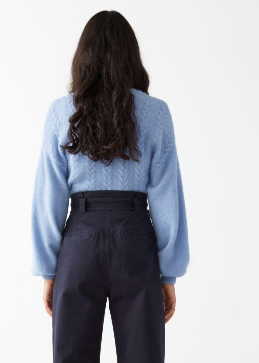 앤아더스토리즈 알파카 블렌드 버블 슬리브 랩 스웨터의 라이트 블루컬러 ECOMLook입니다.