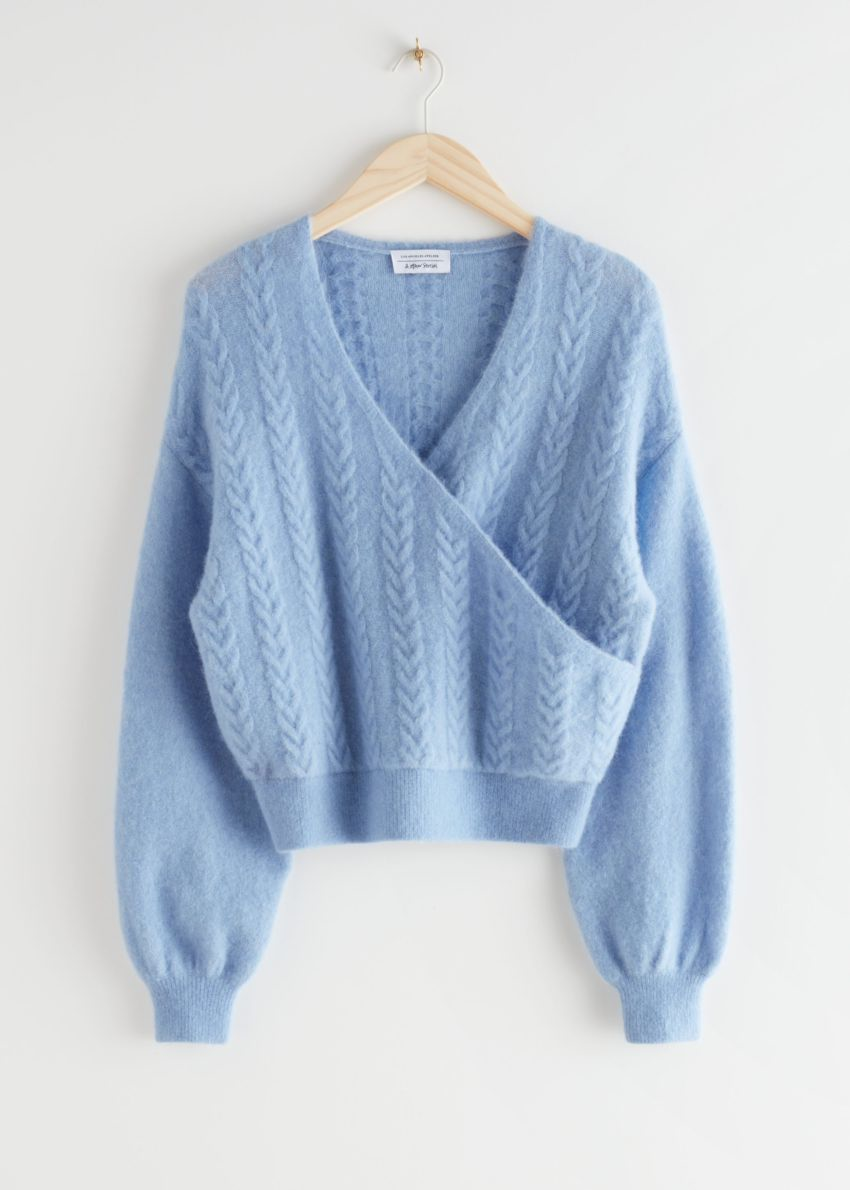 앤아더스토리즈 알파카 블렌드 버블 슬리브 랩 스웨터의 라이트 블루컬러 Product입니다.