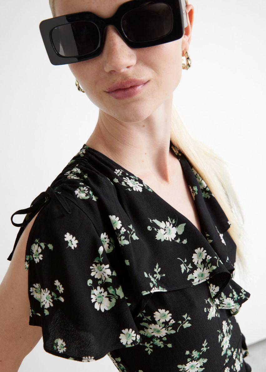 앤아더스토리즈 에이시메트릭 랩 미디 드레스의 블랙 플로럴컬러 ECOMLook입니다.