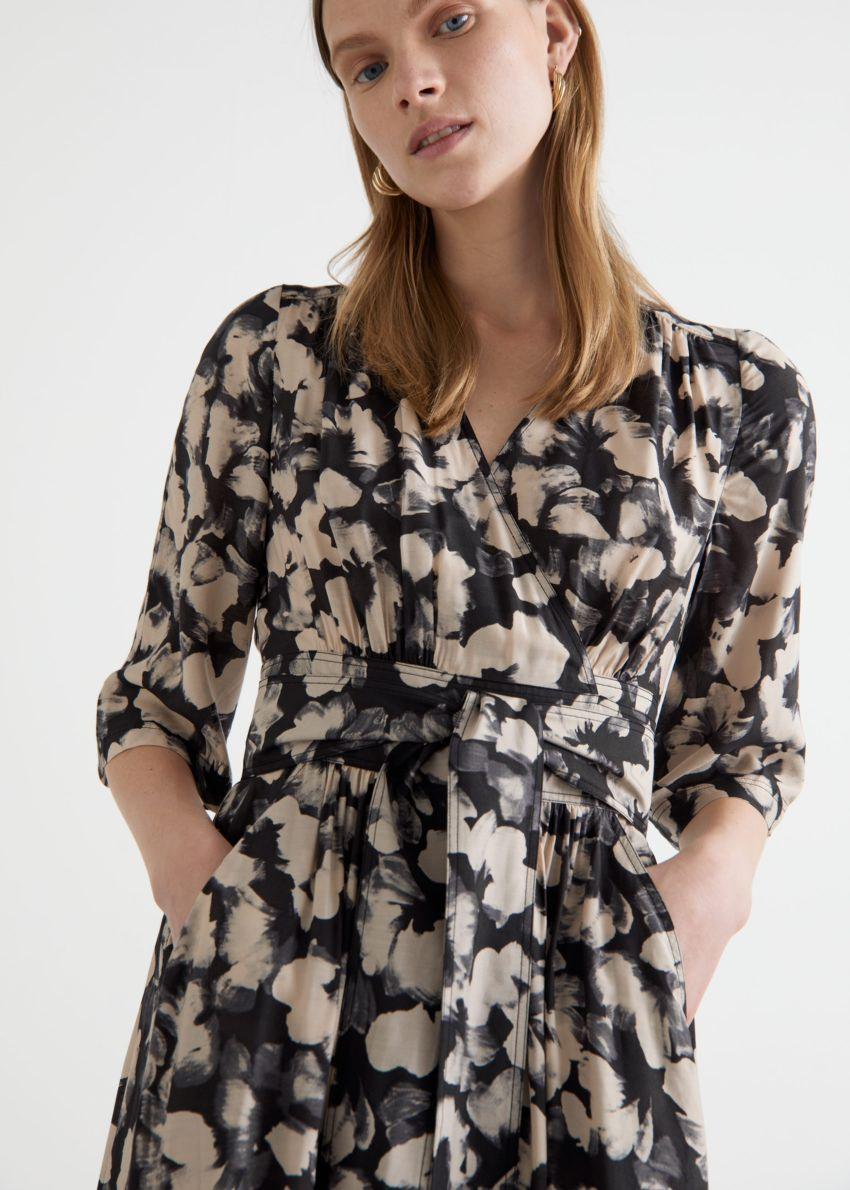 앤아더스토리즈 프린트 릴렉스드 미디 랩 드레스 의 블랙 플로럴컬러 ECOMLook입니다.