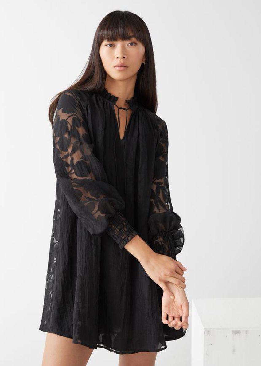 앤아더스토리즈 릴렉스드 A 라인 벌룬 슬리브 미니 드레스의 블랙컬러 ECOMLook입니다.