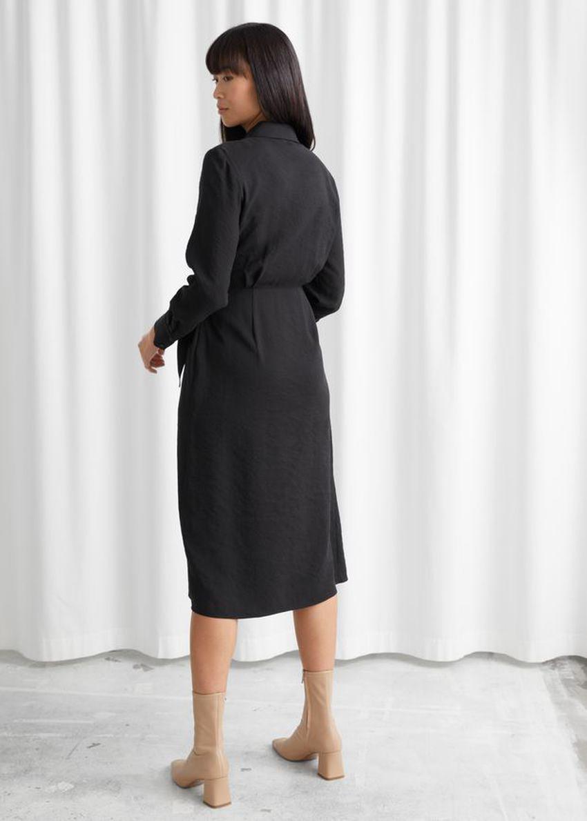 앤아더스토리즈 랩 미디 드레스의 블랙컬러 ECOMLook입니다.