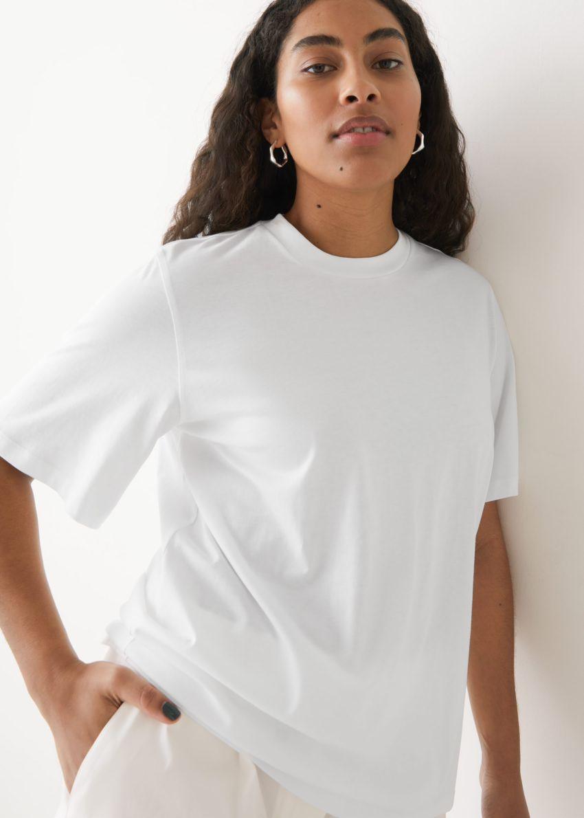 앤아더스토리즈 박시 오가닉 코튼 티셔츠의 화이트컬러 ECOMLook입니다.