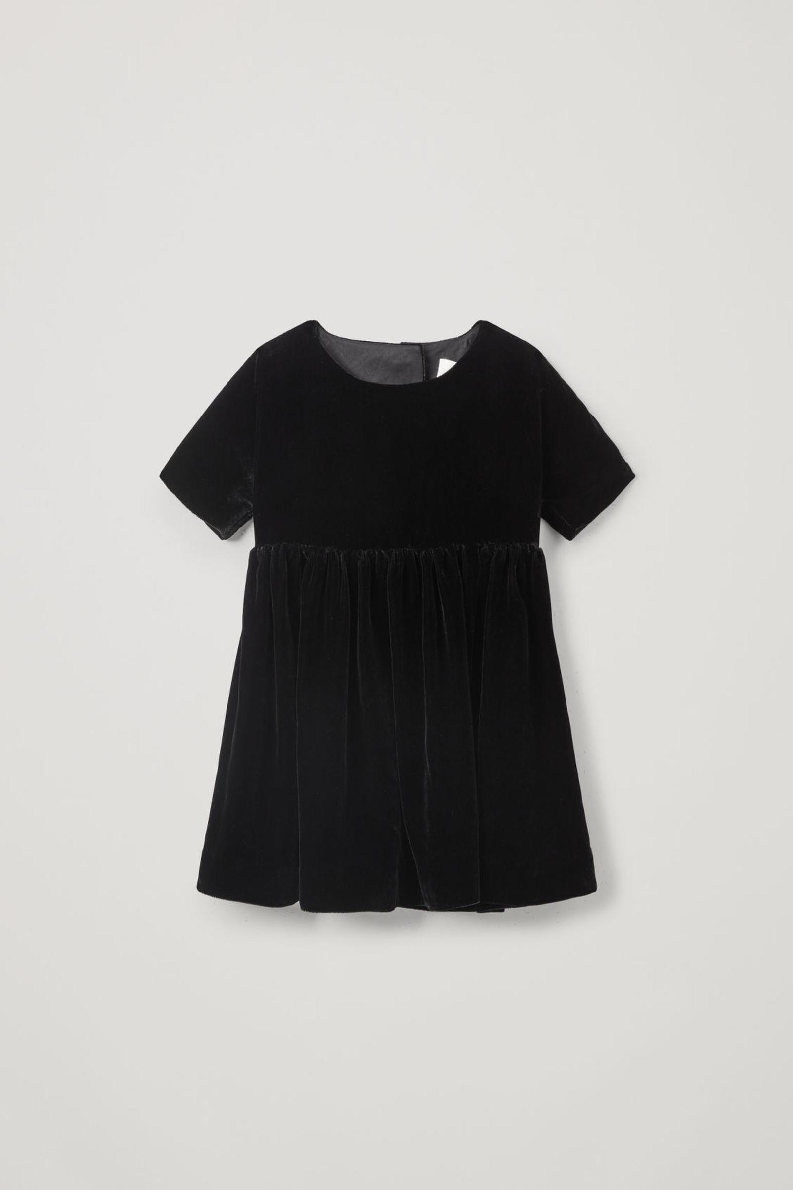 COS 멀버리 실크 믹스 벨벳 드레스의 블랙컬러 상품컷입니다.
