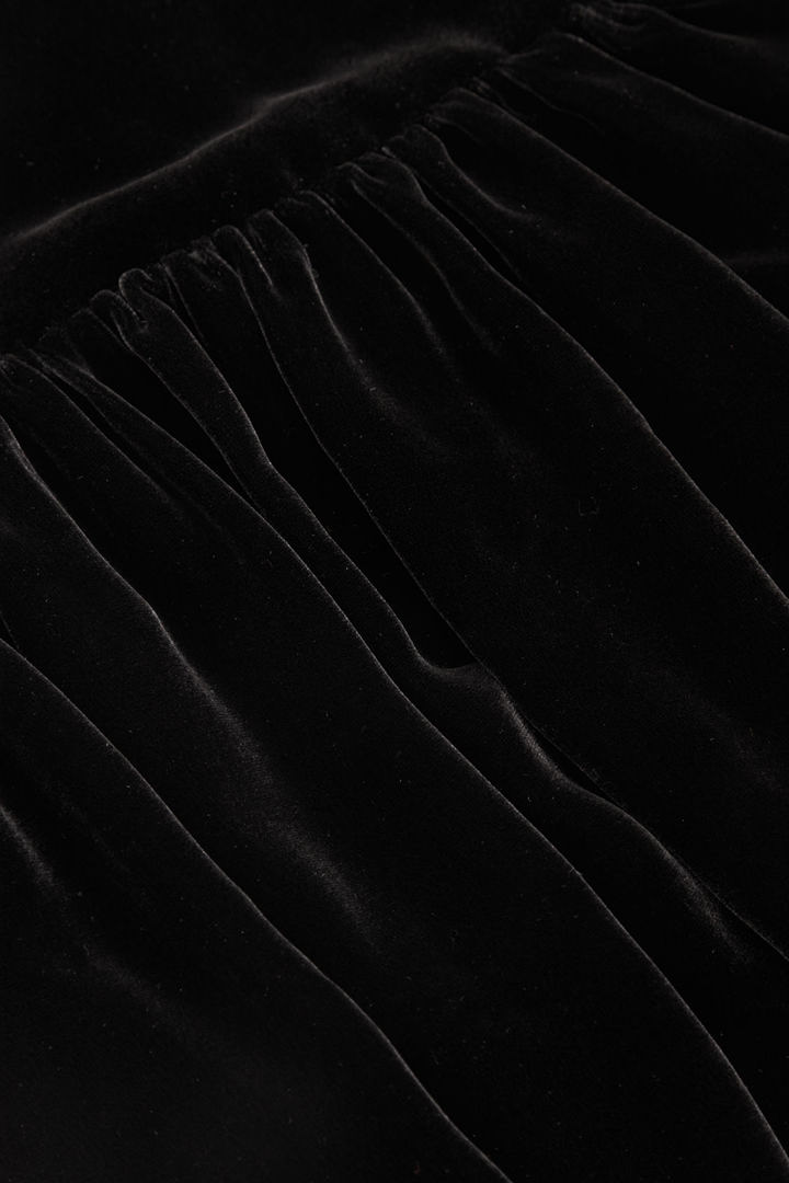 COS 멀버리 실크 믹스 벨벳 드레스의 블랙컬러 상세컷입니다.