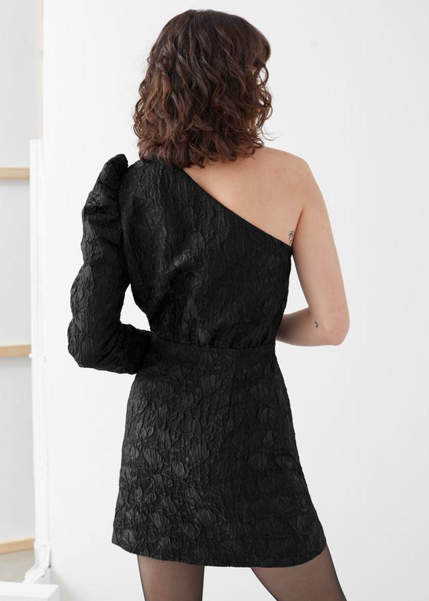 앤아더스토리즈 원 숄더 자카드 미니 드레스의 블랙컬러 ECOMLook입니다.