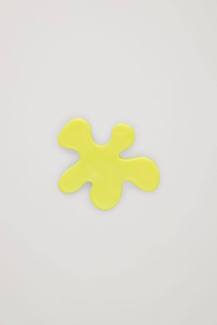 COS 오가닉 리프 셰이프 브로치의 브라이트 옐로우컬러 Product입니다.