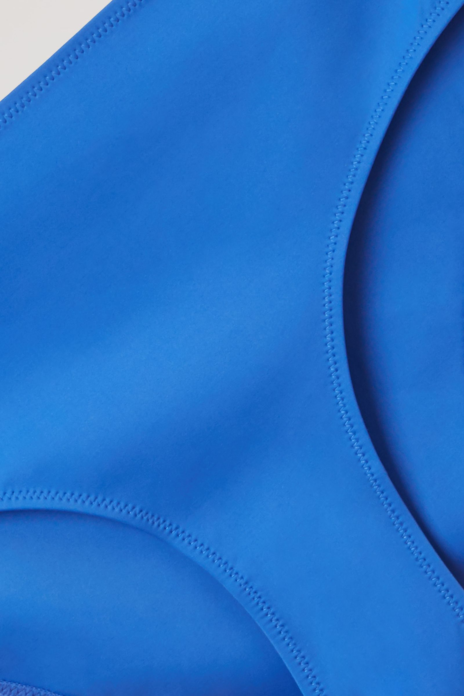 COS 리사이클 나일론 브라질리언 핏 비키니 바텀의 브라이트 블루컬러 Detail입니다.