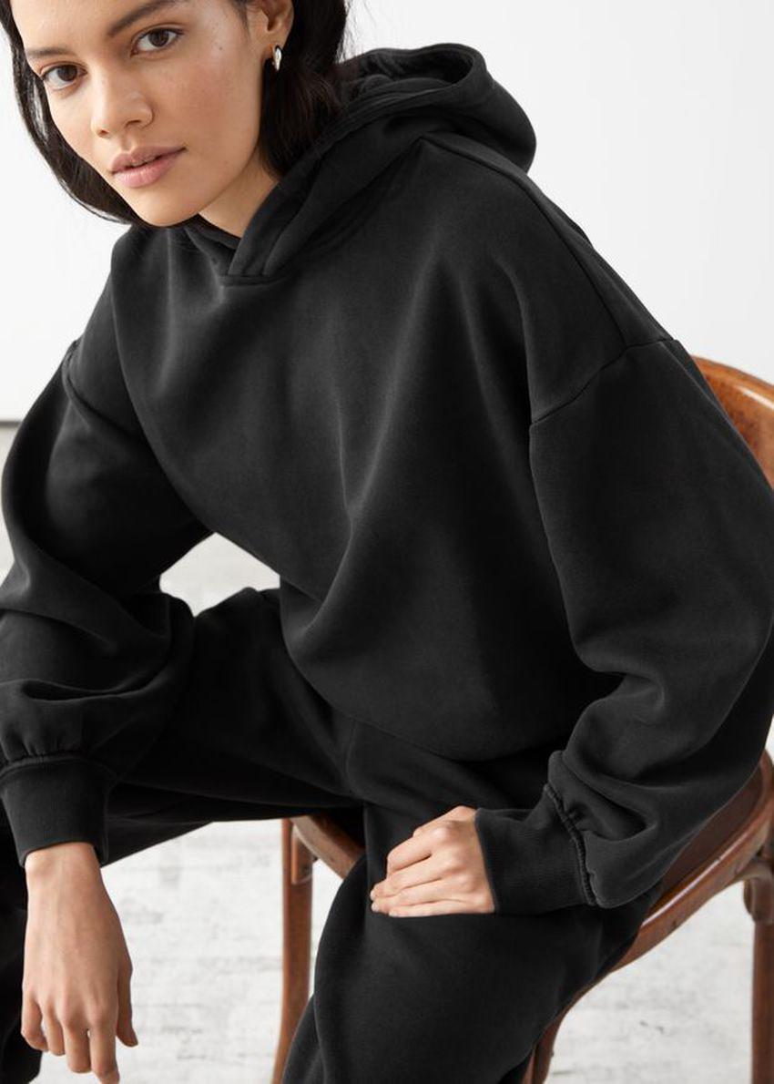 앤아더스토리즈 오버사이즈 후디드 박시 스웨트셔츠의 블랙컬러 ECOMLook입니다.